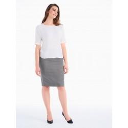 Klasikinė baltos spalvos palaidinė yra pagrindas kiekvienos moters spintoje.